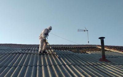 En Avilés, Asturias, retirando el amianto