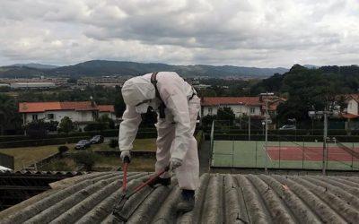 Desmontando una cubierta con amianto en Sondika, Vizcaya
