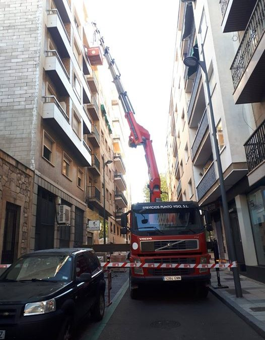 Trabajos de elevación con camión grúa en Salamanca