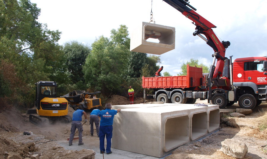 El nuevo puente sobre el río Valvaneda, en Santibáñez de Béjar, listo en 15 días